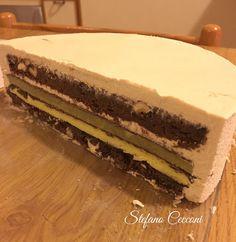 Una dolce metà: base biscotto brownies al caffè, cremoso alla vaniglia, cremoso al pistacchio, ganache montata al cioccolato bianco e caffè, dischi in cioccolato temperato e glassa.