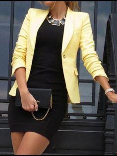 Aunque la combinación de amarillo y negro la detesto me gusta el vestido en negro simple con un buen collar dorado con negro.