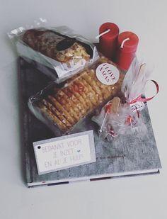 Dit pakket bestaat uit een kook- en doeboek, een pak kerstkransjes, een mini banketstaaf, 2 chocostokjes en 2 gelukskaarsjes.