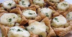 簡単に冷凍パイシートを使ったパイの中には~ ジャガイモとアンチョビが(*´艸`*) 上には、トロリ~とモッツァレラ♪