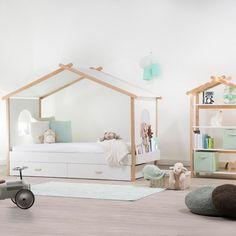 Une chambre d'enfant esprit cabane. Dans cette chambre d'enfant, l'esprit cabane se décline sur le lit comme sur les meubles d'appoints. Les pastels et le blanc s'accordent au bois naturel pour les plus doux des rêves.