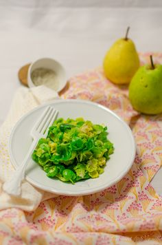 Rosenkohlsalat mit Birne und Zimt - Brussel Sprout Salad with Pear and Cinnamon from Coconut & Vanilla