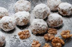 Kalorienarme Walnuss Schneebälle  Unser Rezept für Low Carb Walnuss Schneebälle kommt ohne Mehl und Zucker aus. Walnüsse, Mandel- und Kokosmehl geben den süßen Keksen einen weihnachtlichen Geschmack. Und das Beste ist: Die Kekse sind vegan und glutenfrei!  Hier geht es zu unserem Rezept.