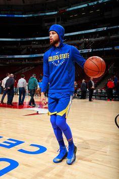 Stephen Curry of the Golden State Warriors warms up before the game against the Chicago Bulls on January 17 2018 at the United Center in Chicago. Stephen Curry Family, Nba Stephen Curry, Basketball Skills, Basketball Players, Stefan Curry, Chicago Bulls Team, Stephen Curry Wallpaper, Stephen Curry Basketball, Wardell Stephen Curry