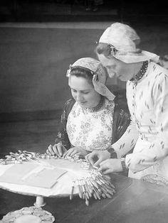 WIJDENES - Een onderwijzeres geeft aanwijzingen aan een dame bij het kantklossen. In Wijdenes is een school voor het kantklossen gevestigd. ANP PHOTO JOH. KUIPER