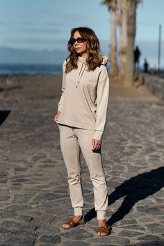 Spodnie Basic Light Beige - Szyjemy w Polsce, unikalne, wyjątkowe ubrania dla kobiet. Wejdź do naszego sklepu internetowego i zobacz. Light Beige, Khaki Pants, Fashion, Moda, Khakis, Fashion Styles, Fashion Illustrations, Trousers