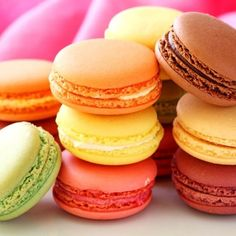 Homemade Macarons Recipe – How to Make Easy Macarons! Making delicious homemade macarons is not so hard, don't be intimidated. With a few tricks you will make delicious and colorful macarons. Macaroon Recipe Without Almond Flour, Nut Free Macaron Recipe, Macaroon Recipes, Snack Recipes, Dessert Recipes, Snacks, Baking Recipes, The Great British Bake Off, Homemade Macarons