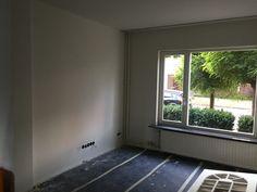 Woonkamer (nieuwe vensterbank). Tegen de linkermuur wil ik een tv-wand maken (1.60 breed - laminaat tegen de muur - GAMMA Jan des Bouvrie ZWART)