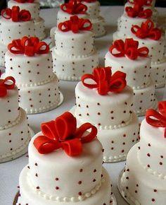 Mini wedding cakes, instead of cupcakes :). Pretty Cakes, Beautiful Cakes, Amazing Cakes, Simply Beautiful, Fancy Cakes, Mini Cakes, Cupcake Cakes, Cup Cakes, Cupcake Ideas