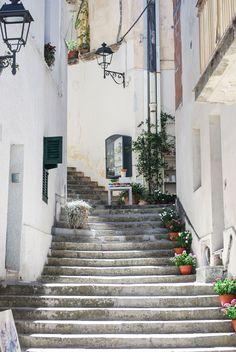 Tipica stradina con scalinata nel centro storico di Otranto