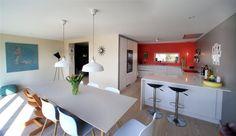 I hovedetasjen ligger stue, spiseplass og kjøkken rundt en kjerne med lagringsplass
