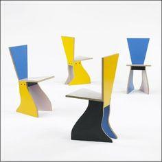 알렉산드로 멘디니의 chair라는 작품으로, 이름만큼 형태도 단순하지만 검정색과 노란색, 노란색과 파란색의 조합으로 사람들의 이목을 확 사로잡는 매력이 있는 작품입니다.