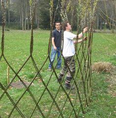 Marre des bordures en béton, des tuteurs raides comme la justice… Il est fort heureusement possible d'apporter un peu de fantaisie au jardin. Voire ...