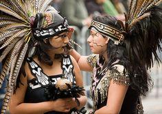 Trajes De Danzantes Aztecas | Miles de danzantes aztecas se reunen para visitar a su diosa