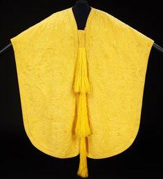 spider silk golden cape. 1 million spiders. 4 years