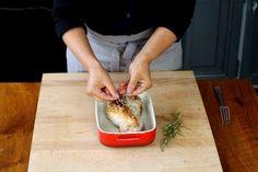 O tomilho: <p>Coloque os galhos de tomilho por cima da carne.</p>