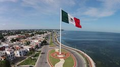 Bandera en malecón de Campeche