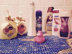 Hier mal alle Produktedie bei mir aktuell unter der Dusche stehen :) Wie macht ihr dashabt ihr habt ihr nur ein Produkt von jeweiliger Kategorie in Gebrauch oder mehrere gleichzeitig?  gute Nacht ihr lieben   #aktuell#unter#der#dusche#Playboy#Duschgel#schauma#Shampoo#rasiergel#balea#badeente#pink#Badezimmer by nathyian_beauty_und_so