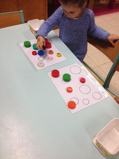 Puzzelen met dopjes. MAKKELIJK: dopjes omcirkelen en kleuren in kleur van het dopje. MOEILIJKER: dopjes  omcirkelen, zonder inkleuren