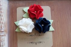 Adorable Felt clips red, white and blue Hopscotch, Felt Flowers, Anika, Diy And Crafts, Red And White, Unique Jewelry, Handmade Gifts, Blue, Boutique