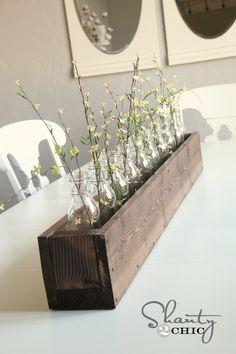 centro de mesa con botellas de vidrio