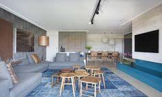 O tapete e detalhes em azul seguem a tendência que ficou evidente na Casa Cor Rio 2015