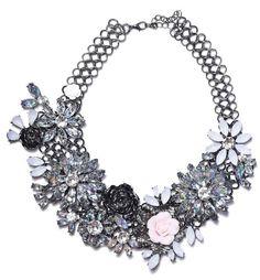 Náhrdelník s květinami bílý Luxusní květinový náhrdelník. Úžasně zpracovaný, módní atraktivní design, vhodný na výjimečné události i běžné nošení. Bižuterie, délkově upravitelný, obvod (délka) cca 40 cm, šířka aplikace cca 6 cm. Design