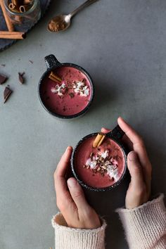 Chocolat Chaud Red Velvet Red Velvet Hot Chocolate (Vegan + Sugar-Free) by The Green Life (recette en français) Chocolate Pack, Chocolate Food, Vegan Hot Chocolate, Christmas Hot Chocolate, Chocolate Cream, Chocolate Caliente, Vegan Sugar, Snacks, Vegan Recipes