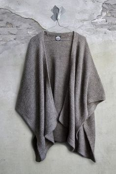lovely knit poncho sweater - great to warm up in the office or to wear during chilly fall days Fashion Mode, Look Fashion, Womens Fashion, Fashion Black, Timeless Fashion, Mode Style, Style Me, Poncho Sweater, Slouchy Sweater