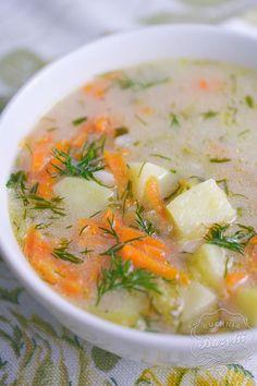 Zupa ogórkowa jest prosta w przygotowaniu. Potrzebujecie dobrej jakości bulionu, ogórków kiszonych oraz dużej ilości koperku. Sprawdźcie przepis! Cheeseburger Chowder, Thai Red Curry, Tasty, Ethnic Recipes, Food, Meals, Yemek, Eten