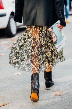 メンズライクなジャケットには、これくらい透け感のあるスカートがベストバランス。