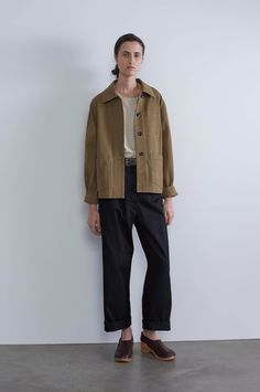 Spring Summer 2019 - Khaki heavy cotton drill pj pocket jacket, stone heavy cotton linen A line tee, khaki leather simple belt, black cotton linen drill straight leg trouser, dark brown leather clog Margaret Howell, New Outfits, Trendy Outfits, Cute Outfits, How To Fold Pants, Black Women Fashion, Womens Fashion, Linen Jackets, Men's Jackets