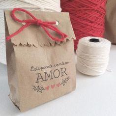 Saquinhos para Lembrancinhas de papel com mensagem romântica Clothing Packaging, Jewelry Packaging, Paper Bag Crafts, Cookie Packaging, Handmade Gift Tags, Chip Bags, Packaging Design, Diy And Crafts, Wraps
