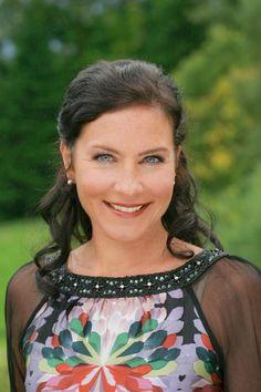 """Marisa Burger (* 1973 in Altötting) ist eine deutsche Schauspielerin und Sprecherin in Hörbüchern.   """"Es gabat a Leich!"""" - Keine fünf Minuten dauert es diesmal, bis Miriam Stockl, die charmanteste Polizei-Sekretärin Deutschlands, in der ersten Folge der neuen Staffel der """"Rosenheim Cops"""" (ab 24. September, wie immer dienstags, 19.25 Uhr) die berühmten vier Worte sagt. Die Münchner Schauspielerin Marisa Burger, die """"Frau Stockl"""" schon seit 2002 verkörpert, lässt im Interview eine durchaus…"""