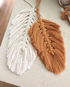 Macrame feathers are all over my feed lately. It's so great to see all of you fiber artists inspiring each other to try something new. I'll… Related posts:eine Eichel machen, eine QuasteDIY Boho - Dekoration mit Makramee BlätternBlütenblatt Makramee Punkt Yarn Crafts, Diy And Crafts, Arts And Crafts, Beaded Crafts, Boho Dekor, Macrame Projects, Macrame Patterns, Macrame Jewelry, Macrame Art