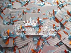 Invitaciones Bautizo, Baby Shower Caballito mecedor...combinación Blanco-naranja-azul pastel en tonos aperlados.