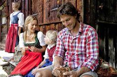 Familienbrotzeit auf Hütte