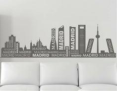 #Vinilo #adhesivo con el Skyline de Madrid y rematado on diferentes tipografías. Este #vinilo quedará perfecto tanto en tu casa como local comercial, empresa, bar  o restaurante. Está indicado para cubrir grandes espacios sin saturar la pared gracias a una altura muy ajustada.