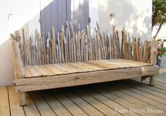 Divani Driftwood - Between Sea and Marsh ~ Creazioni di legni Diy Pallet Furniture, Garden Furniture, Wood Furniture, Porch Decorating, Decorating Your Home, Banquette Palette, Driftwood Projects, Beach Wood, Beach Bungalows