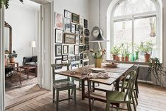 Boho style Scandinavian kitchen with gallery wall, lots of flea market finds, antoque table and chairs Pluras kök