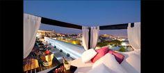 Apreciar uma das melhores vistas de Lisboa, ao som de boa música e a saborear um cocktail e deliciosos snacks é a proposta do Sky Bar para aproveitar mais um Verão na cidade.