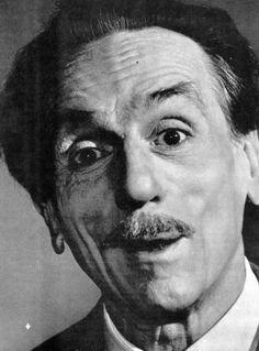 """""""Essere superstiziosi è da ignoranti, ma non esserlo porta male."""" - Il 24 maggio 1900 nasceva a Napoli, Eduardo De Filippo, l'amatissimo drammaturgo, attore, regista e uomo politico, rimasto nella memoria dei più per celebri commedie tragicomiche come """"Natale in casa Cupiello""""."""