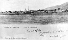 Το λιμάνι της Καλαμάτας την αυγή του 20ού αιώνα.  Το επιστολικό δελτάριο σημειώνει ημερομηνία 23/8/1905, αλλά η φωτογραφία ίσως έχει ληφθεί και χρόνια ενωρίτερα. Από τη μορφολογία του βουνού φαίνεται ότι ενδέχεται η λήψη να είναι από τον αντιβραχίονα και προς τα βορειοδυτικά.