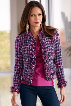 Vibrant textured tweed jacket with distinctive fringe, and faux front pockets with gold-tone button details. Pink Tweed Jacket, Chanel Tweed Jacket, Tweed Blazer, Winter Fashion Outfits, Boho Outfits, Career Wear, Business Outfits, Facon, Casual Chic