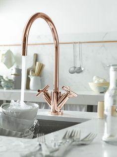 os metais de banheiro e cozinhas também aderiram à tendência, e podemos ver as peças em Rose Gold (acabamento brilhoso) e Gold Mate (acabamento fosco). torneira de deca com acabamento rose gold
