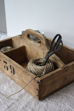 vintage carry box / wooden cutlery tray, could use my old tack box Wooden Cutlery Tray, Wooden Crates, Vintage Wooden Boxes, Wood Tray, Wood Projects, Woodworking Projects, Woodworking Bench, Objets Antiques, Old Boxes