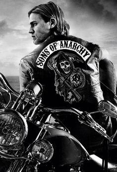 Sons of Anarchy  Serie que trata la evolución de un grupo motero que trafica con armas con una jerarquía que se enfrenta a problemas con la justicia y con otros grupos y organizaciones.  Fantástica, al nivel de Breaking Bad y de The Wire.