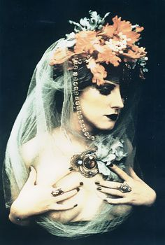 *-* irina ionesco - Irina Ionesco (* 3. septembra 1935) je francúzska fotografka narodila sa  v Paríži , Francúzsko . Bola dcérou rumunských prisťahovalcov. Detstvo strávil v Constanţa , Rumunsko , než sa presťahovala do Paríža . Cestovala a namaľoval niekoľko rokov predtým, než objavil fotografovanie . Jej práca je opísaná ako erotické .