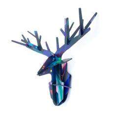Een betoverende uitvoering van de klassieke hertenkop. Een inspirerende 3D muur decoratie. Een waar kunstwerk voor in de woonkamer of lekker stoer voor op de kinderkamer.  De hertenkop is gemaakt van gerecycled karton.  Ook te koop in deze serie zijn een staand hert en een Fries paard (staand).  Afmeting: 50 x 40 x 17 cm.