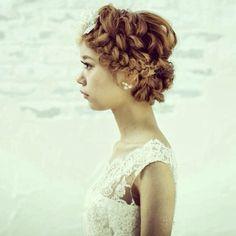 編み込んだ髪をルーズに崩して、外国の少女のような雰囲気。